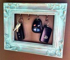 Transforme um porta-retrato em um porta-chaves.