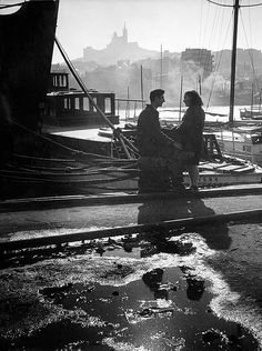 "netlex: "" The lovers of the Vieux Port Marseille 1946 Willy Ronis "" Willy Ronis, Photo Black, Black White Photos, Black And White Photography, Old Pictures, Old Photos, Vintage Photos, Robert Doisneau, Vintage Photography"
