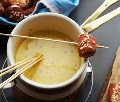 Fondue de queso de cerveza  Epicurious.com 1 cup/240 ml de cerveza estilo Pilsen 1 lb/455 g de queso gruyere rallado 1 cucharada de fécula de maíz 2 cucharadita de mostaza dulce de Baviera o comprado en la tienda de mostaza de Dijon Un chorrito de salsa Worcestershire Una pizca de pimentón Sal marina fina, como la flor de sal o gris sel
