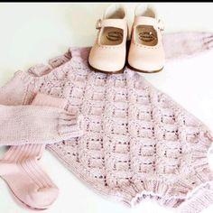 #alvebody #alvebodymedlangarm #tusenogenmaske. Sko og strømper @holalola.no Knitting For Kids, Knitting For Beginners, Baby Knitting Patterns, Diy Knitting Projects, Knitted Romper, Vintage Knitting, Baby Sweaters, Baby Dress, Crochet Baby