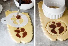 Using cocoa with stencil. Can translate. Fancy Cookies, Iced Cookies, Cookies Et Biscuits, Cupcake Cookies, Sugar Cookies, Cupcakes, Decoration Patisserie, Cookie Tutorials, Wedding Cookies