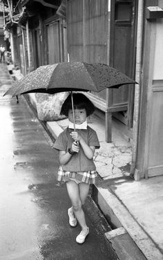 Young girl with umbrella. Japanese History, Japanese Culture, Japanese Girl, Candid Photography, Urban Photography, Amazing Photography, Old Pictures, Old Photos, Japan Spring