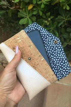 Smartphonetasche KUORI - Hansedelli - gratis Schnittmuster Handytasche - Freebook Smartphonetasche KUORI Hansedelli Kork gold Handytasche kostenloses Schnittmuster Täschchen nähen Source by MissRosidesign Sewing Patterns Free, Free Sewing, Sewing Tutorials, Sewing Projects, Diy Projects, Diy Bags Purses, Diy Purse, Diy Backpack, Cork Fabric