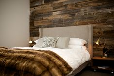 Barn wood wall for a warm and distinguished sleeping room. Blend of brown, black and golden wood. Barn Wood, Rustic Wood, Dream Bedroom, Master Bedroom, Healthy Living Magazine, New Room, Wood Wall, Sweet Home, New Homes