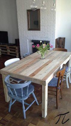 Table en palette DIY pour la salle à manger  http://www.homelisty.com/table-en-palette/