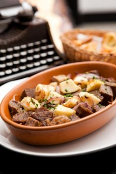 Dona Matuta. Cubos de carne de sol grelhados com cebola roxa, queijo coalho e manteiga de garrafa.