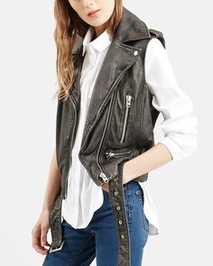 Staying on-trend this fall with this chic and totally edgy vintage-inspired Topshop leather biker jacket.