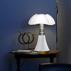 Lampe design PIPISTRELLO -  4x7W E14 – blanc - téléscopique - Martinelli Luce  La lampe Pipistrello, éditée par la marque Martinelli Luce, est un objet culte du design italien. Dessinée en 1965 par Gae Aulenti, elle constitue un luminaire emblématique du design des années 60 ; elle traverse les années sans perdre une ride en fascinant toujours autant. Elle reste, aujourd'hui encore, un incontournable dans les projets de décoration intérieure.