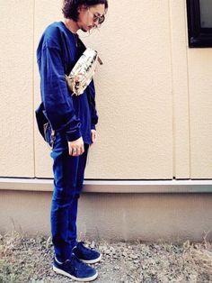 ネイビーのワントーンコーデ✨ オーバーサイズのロングスリーブTシャツに ライン入りのスキニーパンツで