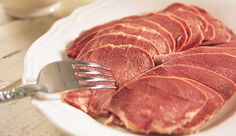 Oksetunge Felles for mye av julematen er at den ofte har særegen og karakteristisk smak, som vi setter stor pris på. Oksetunge er litt sær julemat som smaker utrolig godt! 1 stk oksetunge (lettsaltet)4 hele pepperkorn1 stk laurbærblad1 stk gulrot (i biter)0.5 stk løk (i båter)2.5 l vann Steak, Beef, Dishes, Recipes, Food, Type, Christmas, Meat, Yule