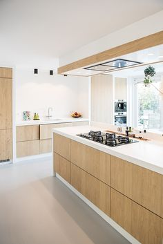 A way to recess the hood for a clean lok while still having the stove face out Kitchen Room Design, Modern Kitchen Design, Home Decor Kitchen, Interior Design Kitchen, New Kitchen, Home Kitchens, Kitchen Dining, Interior Plants, Cuisines Design