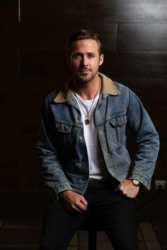 Ryan Gosling rocking a denim jacket combo that looks great for fall! Liam Hemsworth, Michael Fassbender, Ryan Gosling Style, Ryan Gosling Fashion, Ryan Thomas, Fotografia Tutorial, Look Man, Elegant Man, Justin Trudeau