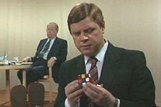 """Leo Lehdistö pyörittelee kädessään Rubikin kuutiota, jonka ratkaiseminen on """"pirullisen vaikeaa"""". Oikea ratkaisuvaihto on yksi 43 triljoonasta."""