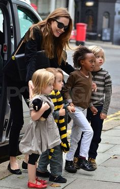 #AngelinaJolie on a playdate with Vivienne, Knox, Zahara, and Shiloh.