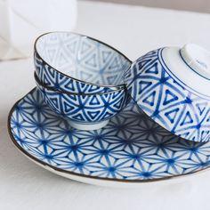 ... aus 100% Keramik liebevoll gefertigt, begeistert unser Teller 'Onuma' im japanischen Design. Verziert mit einem floralen Muster zaubert das edle Geschirr einen Hauch von Asien in Ihre Küche.