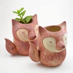 O vaso de cerâmica feito à mão no formato de raposa pela Cumbuca Chic. Ótimo para a coleção de suculentas!