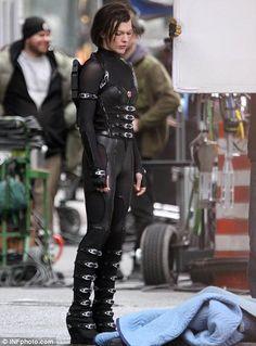 Milla Jovovich as Alice in Resident Evil: Retribution Milla Jovovich, Resident Evil 5, Alice, Hollywood Celebrities, Dark Fashion, Ulzzang Girl, Most Beautiful Women, Beautiful Dresses, Movie Stars