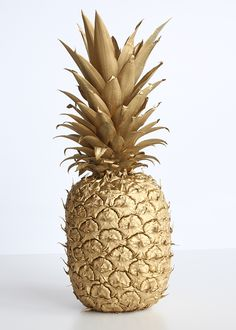 Spray Paint & Chardonnay: Spray Painted Pineapple - New Deko Sites Fruit Painting, Spray Painting, Pineapple Centerpiece, Tapete Gold, Pineapple Wallpaper, Gold Pineapple, Pineapple Ideas, Pineapple Cake, Gold Aesthetic