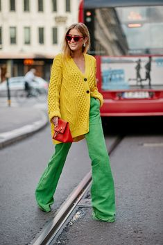 Cardigans are becoming the topper of choice thanks to their versatility, cozy-chic silhouettes and the fact that they can be layered on top of almost any outfit. Here are 20 inventive ways to style a cardigan. Color Blocking Outfits, Street Style Looks, Looks Style, My Style, Colourful Outfits, Colorful Fashion, Diy Vetement, Yellow Cardigan, Cardigan Outfits