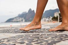 """""""Eu fiz a minha tatuagem na primeira vez que eu vim no Rio, eu me apaixonei. Acho que já era apaixonada, porque lá em Portugal passa muita novela brasileira e quando elas eram no Rio eu ficava muito acoada com essa visão. Essa viagem foi especial, eu vim com umas amigas por um mês e as três queriam tatuar alguma coisa. Acabou que só eu tatuei dois dias antes de ir embora e desde então eu vim fazer intercâmbio no Rio em 2008 e em 2011 eu vim de vez para morar. Estou aqui desde então, namoro…"""