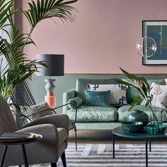 peindre soubassement bois mur bicolore rose vert de gris kaki laiton - Clem Around The Corner Blog déco Je ne sais pas ce que je préfère dans ce salon : le mur bicolore, le canapé en velours ou la lampe géométrique ? C'est trop dur de choisir... J'AIME TOUT Et vous, qu'est-ce qui vous plaît dans cet intérieur ? Dites moi !!! #pinkmood #urbanjungle #velvetlove #livingroom #decoratingideas #colorful #graphique #bicolore #décoration #designlover #homedecor #green #gold #vertdeau