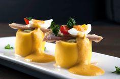Causa limeña, de bonito con aguacate, tomate, huevo, mayonesa y huancaina.