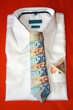 Das perfekte Geldgeschenk für Krawatten-Fans: Die Geldkrawatte könnt ihr einfach basteln und zur Hochzeit verschenken.