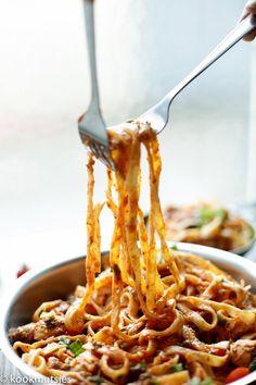 Tagliatelle met tomatensaus | Kookmutsjes Pasta Recipes, Cooking Recipes, Healthy Recipes, Sweet Recipes, Brisbane Food, Tapas, Lemon Kitchen, Good Food, Yummy Food