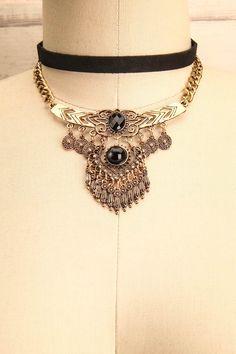 Les petits cliquetis annonçaient l'arrivée de la belle inconnue.  The jangling announced the arrival of the beautiful stranger. Kritsa Doré - Set of choker necklaces www.1861.ca