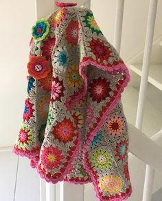 || KLEUR || Vandaag alle (kinderkleding) kasten uitgezocht. Zomerspullen eruit en winter erin.  Kwam deze leukerd ook weer tevoorschijn...     #poncho #grannysquares #kidsstuff #dehaakzolder #winter #herfst #kleurrijk #colorful #yarn #crochet #haken #crochetaddict #yarnlover #crochetersofinstagram #colormehappy