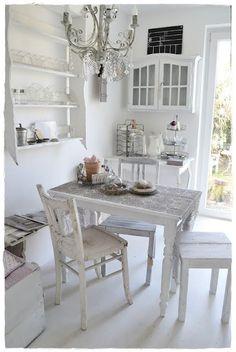 Mooi wit wonen in vintage.     Wat een mooie rustige ruimte.                     Leuk die spotjes in een houten balk.       Mooie ruimte.  ...