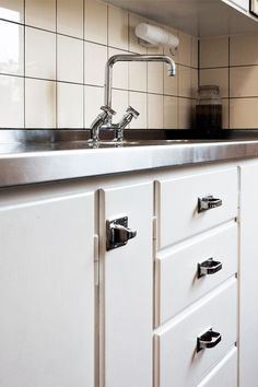 A wide range of hardware and interior details for renovation and restoration of cultural heritage environments and old to semi-modern housing. Country Kitchen, New Kitchen, Vintage Kitchen, Kitchen Interior, Interior Design Living Room, Kitchen Design, Teak Furniture, Furniture Design, Larder Unit