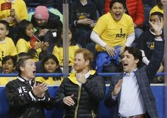 Le Prince Harry et le Premier ministre Justin Trudeau aux Invictus Games  Le Prince Harry le Premier ministre du Canada Justin Trudeau et le Maire de Toronto John Tory acclament les hockeyeurs lors du lancement des Invictus Games à Toronto Ontario au Canada le 2 Mai 2016.  REUTERS/Mark Blinch  _______  Britain's Prince Harry Canada's Prime Minister Justin Trudeau and Toronto Mayor John Tory cheer on sledge hockey athletes during the Invictus Games media launch in Toronto Ontario Canada May 2…