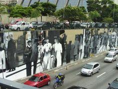 O maior mural de arte urbana da América Latina. Avenida 23 de Maio, São Paulo, Brasil.