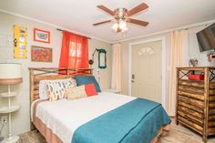 House in Tampa, United States. Ybor Roost is a urban farmhouse designed by a local artist in the heart of the historic district. Close enough to walk to all the nightlife, but far enough to be able to relax by firepit in the private backyard. Business travelers love proximity t...