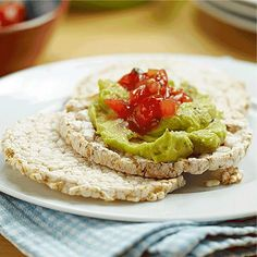 """Пригответе вкусна, здравословна закуска """"Био многозърнести крекери с гуакамоле и салса"""" с оризовки от Rude Health"""