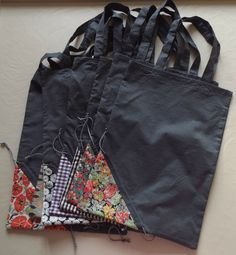 Larger scraps for bag, small scraps for pouch. Link to tutorial French) Retail Bags, Diy Tote Bag, Couture Sewing, Patchwork Bags, Bag Patterns To Sew, Fabric Bags, Reusable Bags, Handmade Bags, Refashion