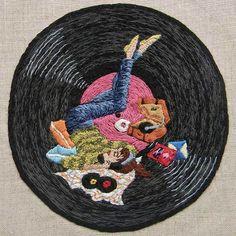 El bordado como manifestación artística Michelle kingdomes una artista que nos deja impresionados con la forma en que crea intrincados paisajes y personajes utilizando aguja e hilo, bordados lleno…