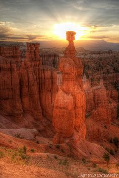 Ahhh, Southern Utah, it still amazes me that more people don't visit your remarkable treasures. Thor's Hammer at Sunrise - Bryce Canyon National Park - Utah, USA. Bryce Canyon, Canyon Utah, Grand Canyon, Arches Nationalpark, Yellowstone Nationalpark, Wyoming, Places To Travel, Places To See, Images Lindas