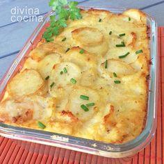 Esta receta de gratén de bacalao con patatas es facilísima de preparar y siempre resulta un éxito. Junto con las cebollas puedes rehogar unos champiñones