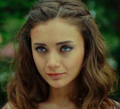 DAMLA SÖNMEZ Turkish Beauty, Most Beautiful Women, Green Eyes, Turkey, Handsome, Hairstyle, Frogs, Celebrities, Travel Destinations