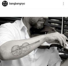 Single needle violin tattoo by Sanghyuk Ko Music Tattoos, Body Art Tattoos, Sleeve Tattoos, Tatuagem Cello, Little Tattoos, Small Tattoos, Japanese Tattoo Women, Japanese Tattoos, Cello Tattoo