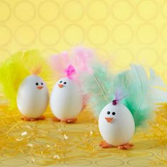 Uova di pasqua decorate come simpatici pulcini dalla coda piumata