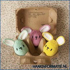 Een gratis Nederlands patroon van leuke eivormige paashaasjes. Haak jij ook deze leuke paashaasjes voor komende Pasen? Ze passen precies in een eierdoos!