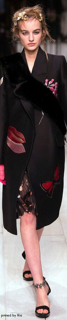 Alexander McQueen Fall 2016 RTW. Индивидуальный пошив в интернет-ателье Namaha3D www.livemaster.ru/namaha Разрабатываем выкройки, вышивку, лекала для швейных производств, технологические карты, отшиваем образцы и партии одежды