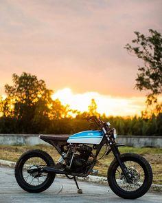 I love this eye-catching scrambler motorcycle travel Motorcycle Travel, Scrambler Motorcycle, Bmw Motorcycles, Cafe Racer Build, Bmw Series, Street Tracker, Triumph Bonneville, Honda Cb, Audi Tt