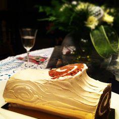 White Christmas Yule log Christmas Yule Log, Christmas And New Year, White Christmas, Cake, Desserts, Food, Pie Cake, Tailgate Desserts, Pastel