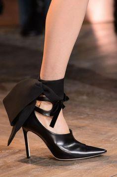 fc07f3b4cb9a Défilé Dior Haute Couture printemps-été 2016. Mules à noeuds. Chaussures À  Noeud
