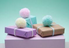 Pom Pom avvolgimento Pack — Triple pack a mano pastello giallo/rosa/blu lana pon pon, pastello Gift Wrap & marrone confezione regalo — avvolgimento idea