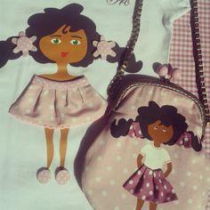 Camiseta mariquita y bolsito a juego con muñeca pintada a mano con pintura textil.  Tiene braguitas y se le mueven los ojillos.